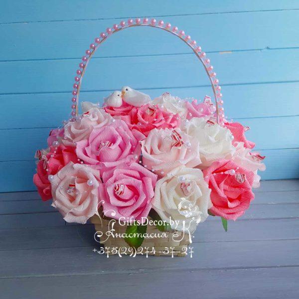 Свадебная корзина роз с конфетами
