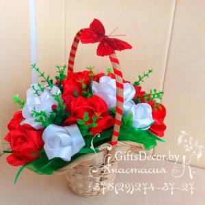 Корзина с розами из атласной ленты