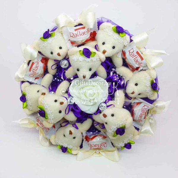 Buket iz 9 fioletovykh mishek s Rafaello